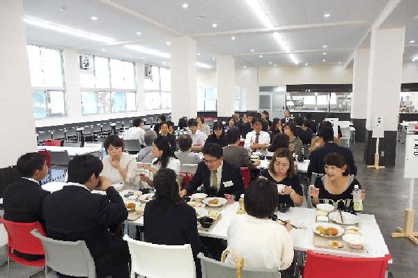 2019年度PTA交流会「ミックスフライ定食(価格400円)を実食中」