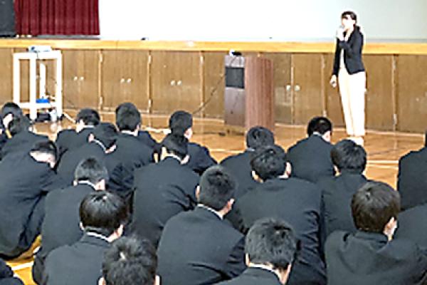 学年集会で「情報モラル講演会」を行いました。