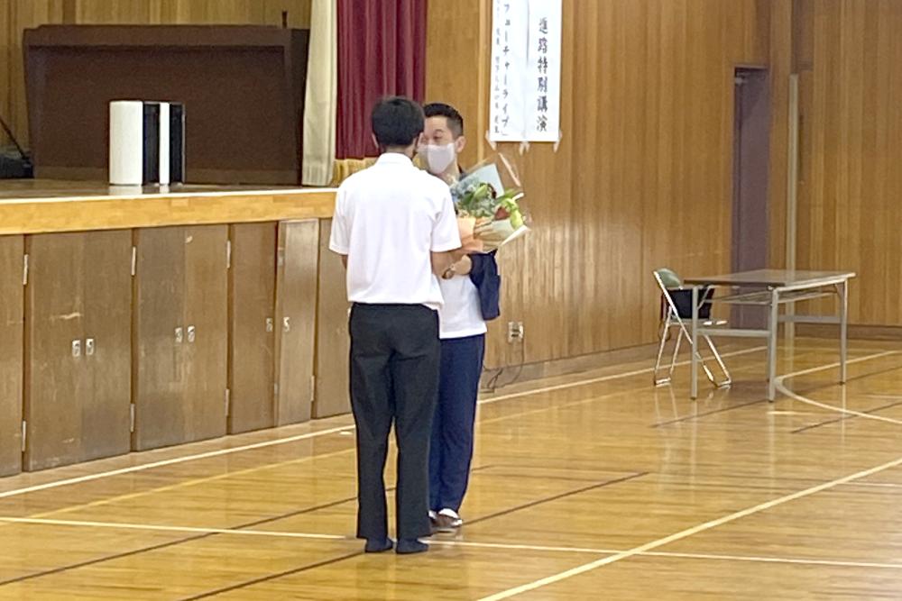 進路特別講演会 生徒会会長よりお礼の言葉と花束の贈呈